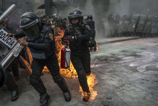 Primer debate en EEUU y combates en Nagorno Karabaj, las fotos más impactantes de la semana - Sputnik Mundo