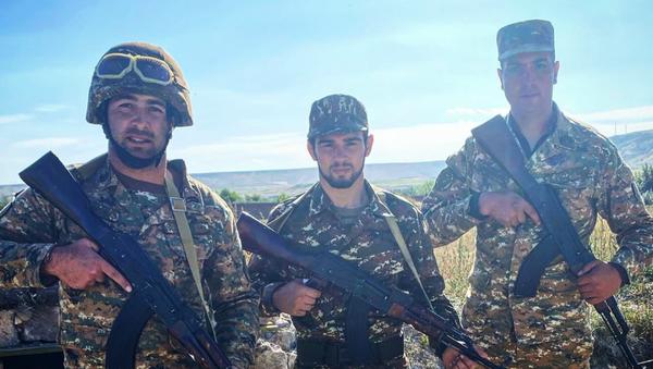 Arsen Harutyunián, luchador armenio (centro) - Sputnik Mundo