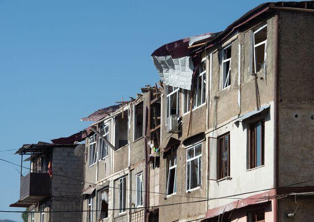 Consecuencias de bombardeos en Stepanakert, la capital de Nagorno Karabaj