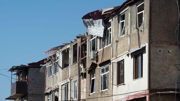Consecuencias de bombardeos en Stepanakert, la capital de Nagorno Karabaj  - Sputnik Mundo