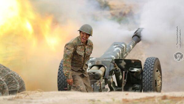 Un soldado armenio en una posición de artillería (archivo) - Sputnik Mundo