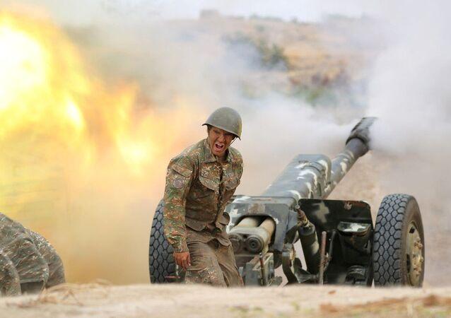 Un soldado armenio en una posición de artillería (archivo)