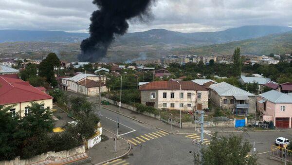 El humo tras los ataques contra la capital de Nagorno Karabaj, Stepanakert - Sputnik Mundo