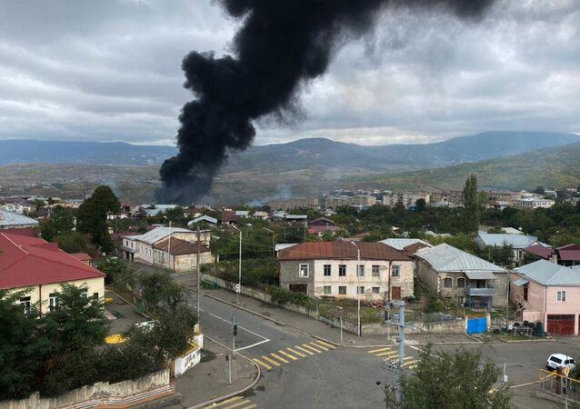 El humo tras los ataques contra la capital de Nagorno Karabaj, Stepanakert
