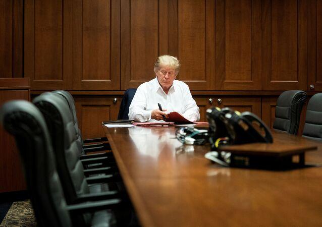 El presidente de EEUU, Donald Trump, trabaja en una sala de conferencias en el Centro Médico Militar Walter Reed, Bethesda, EEUU, el 3 de octubre.