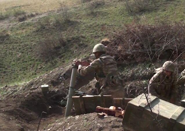 Militares azeríes en la zona del conflicto en Nagorno Karabaj