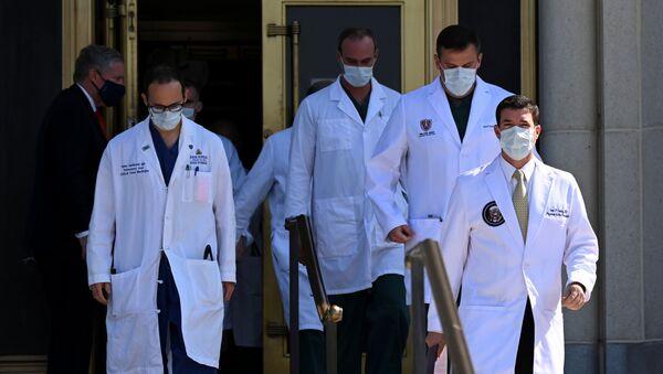 Los médicos en el hospital militar Walter Reed durante la hospitalización de Donald Trump, Bethesda, EEUU, el 4 de octubre.  - Sputnik Mundo