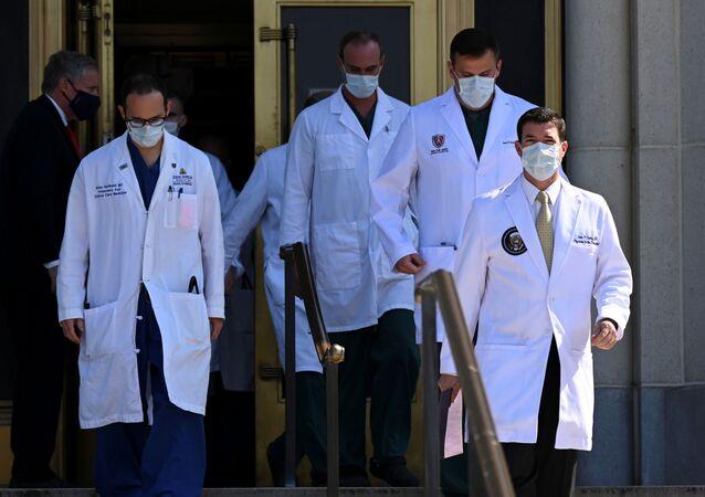 Los médicos en el hospital militar Walter Reed durante la hospitalización de Donald Trump, Bethesda, EEUU, el 4 de octubre.