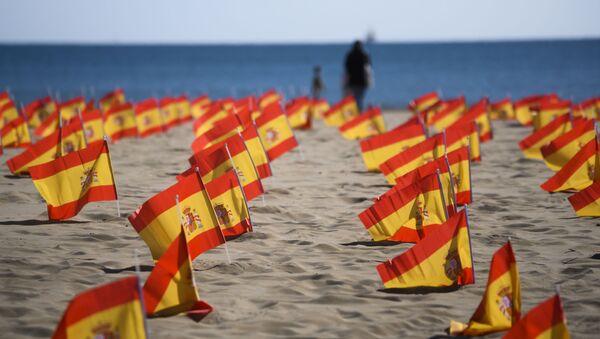 Banderas de España en homenaje a las víctimas del coronavirus - Sputnik Mundo