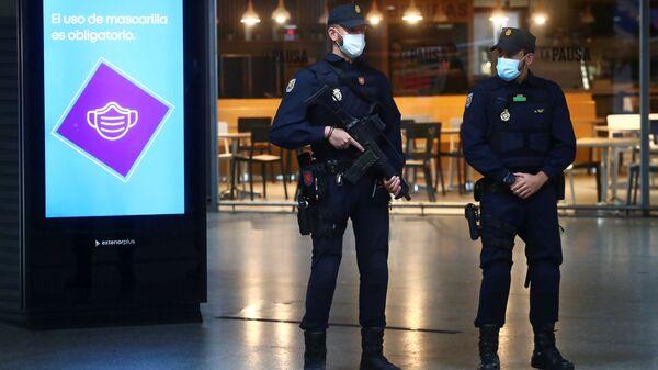 Policía Nacional de España en Madrid durante brote de coronavirus - Sputnik Mundo