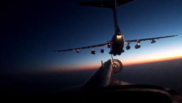 Un bombardero estratégico ruso Tu-95MS realiza impresionantes maniobras nocturnas - Sputnik Mundo