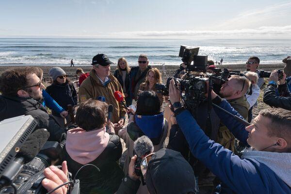 Губернатор Камчатского края Владимир Солодов во время интервью на Халактырском пляже - Sputnik Mundo