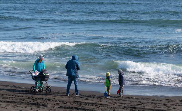 Семья отдыхает на Халактырском пляже Тихоокеанского побережья полуострова Камчатка - Sputnik Mundo