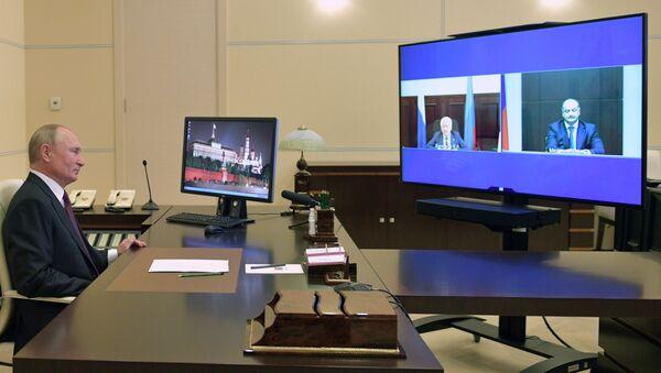 El presidente ruso, Vladímir Putin, durante la teleconferencia con Vladímir Vasíliev, jefe de la república rusa de Daguestán, y el senador de la región de Stávropol, Serguéi Mélikov - Sputnik Mundo
