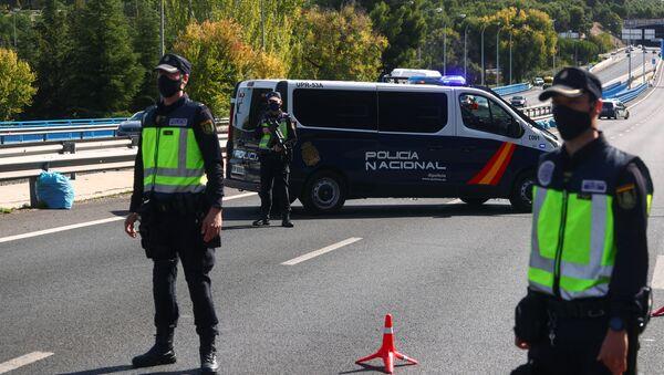 La Policía de España durante el cierre perimetral en Madrid - Sputnik Mundo