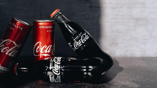 Latas y botellas de Coca-Cola (imagen referencial) - Sputnik Mundo