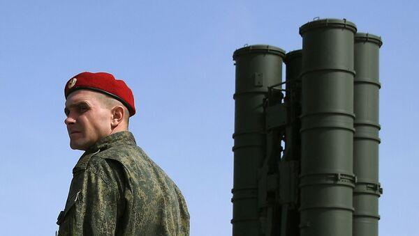 Un soldado cerca del sistema de misiles antiaéreos S-400 durante los ejercicios militares Kavkaz 2020 - Sputnik Mundo