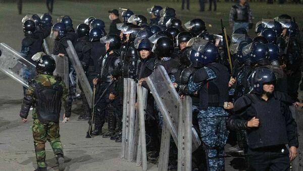 Полицейские во время акции протеста в Бишкеке - Sputnik Mundo