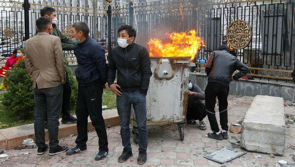 Участники акции протеста в Бишкеке - Sputnik Mundo
