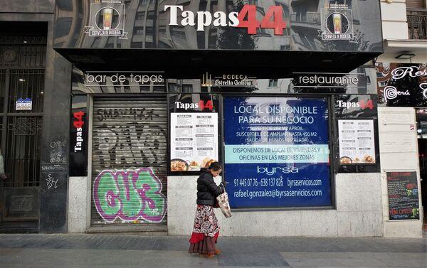 Bar cerrado en la Gran Vía de Madrid (España) - Sputnik Mundo