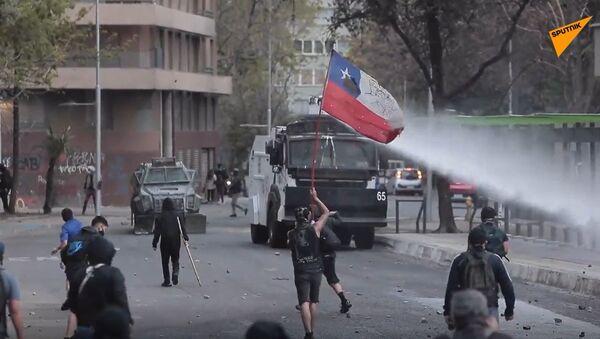 Con cañones de agua y gases lacrimógenos, así reprimen las protestas en Santiago - Sputnik Mundo
