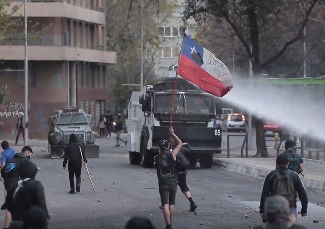 Con cañones de agua y gases lacrimógenos, así reprimen las protestas en Santiago