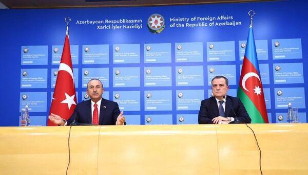 El ministro de Asuntos Exteriores turco, Mevlut Cavusoglu, y, su homólogo azerí, Jeyhun Bayramov - Sputnik Mundo