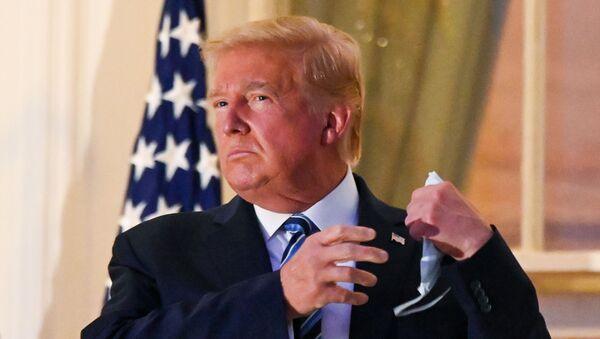 El presidente de EEUU, Donald Trump, quita la mascarilla al llegar a la Casa Blanca desde un hospital - Sputnik Mundo