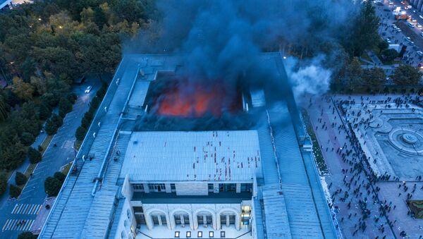 La Casa Blanca de Kirguistán en llamas durante las protestas - Sputnik Mundo