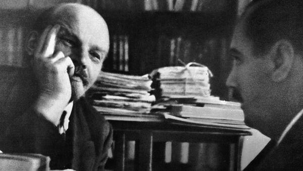 Lenin recibe a H. G. Wells en el Kremlin el octubre de 1920 - Sputnik Mundo