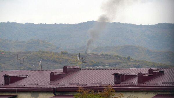 El humo sobre Stepanakert, la capital de Nagorno Karabaj - Sputnik Mundo