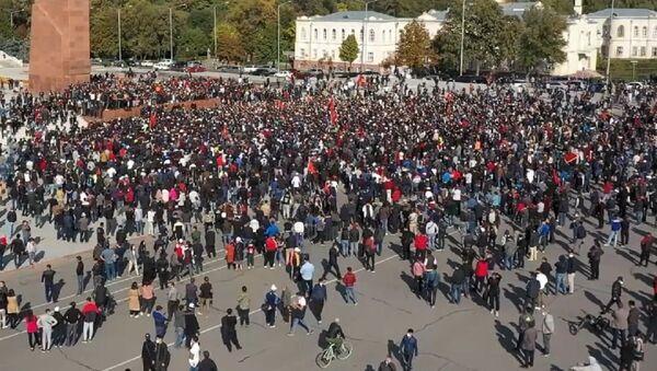 Causas y consecuencias de una noche de violentas protestas en Biskek - Sputnik Mundo