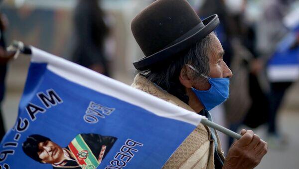 Un boliviano y la bandera con la imagen de Evo Morales - Sputnik Mundo