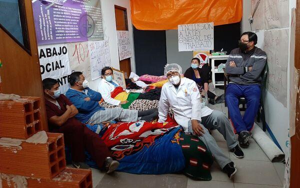Los médicos hacen huelga de hambre y se tapian en el Hospital para que no los saquen - Sputnik Mundo