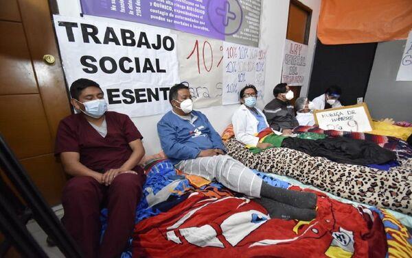 Los médicos hacen huelga de hambre y se tapian en el Hospital para que no los saquen. - Sputnik Mundo