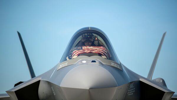 Un piloto en el interior de un caza F-35 de Estados Unidos - Sputnik Mundo
