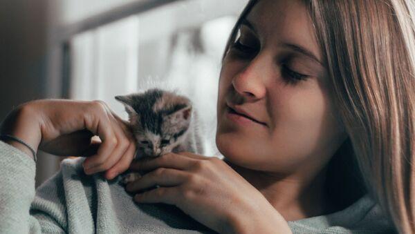 Una muchacha y un gatito - Sputnik Mundo