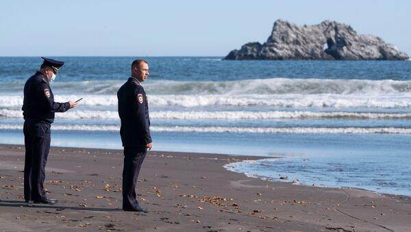 La Policía inspecciona la playa de Jalaktirski, en Kamchatka - Sputnik Mundo