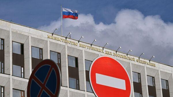 La bandera de Rusia sobre el Ministerio del Interior - Sputnik Mundo