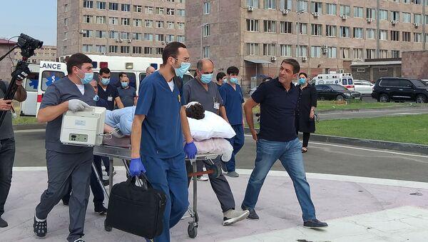 Los médicos atienden a los periodistas heridos en un bombardeo en Nagorno Karabaj - Sputnik Mundo