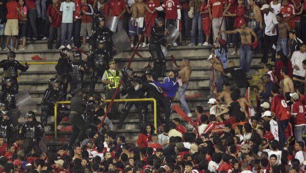 Incidedentes entre la Policía y la parcialidad de América de Cali durante un partido en 2008 - Sputnik Mundo