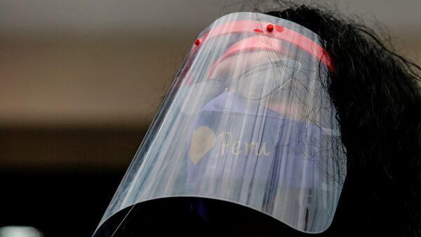 Una mujer con mascarilla en Perú - Sputnik Mundo
