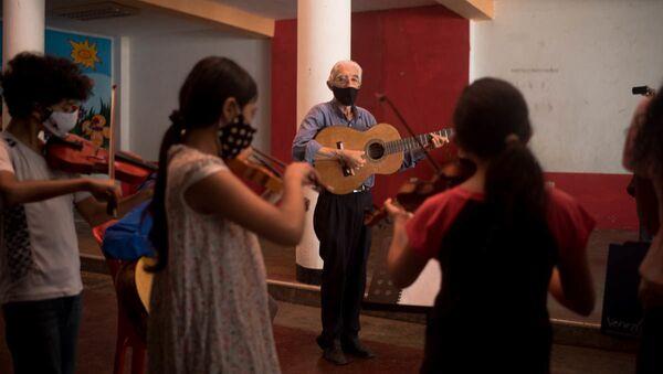Desde hace 40 años, el profesor Narciso Pichardo enseña música en La Pastora, en el oeste de Caracas - Sputnik Mundo