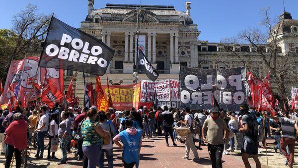 La extensa caravana marchó hasta las afueras de la sede del Poder Ejecutivo de la provincia de Buenos Aires - Sputnik Mundo