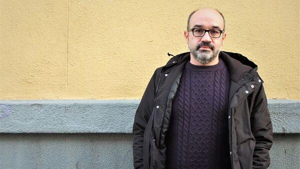 El escritor español Alberto Olmos en una calle de Madrid - Sputnik Mundo