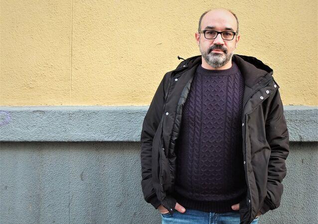 El escritor español Alberto Olmos en una calle de Madrid
