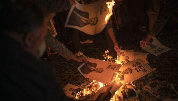 Manifestantes independentistas catalanes queman fotos del rey Felipe VI. Barcelona, 8 de octubre 2020 - Sputnik Mundo