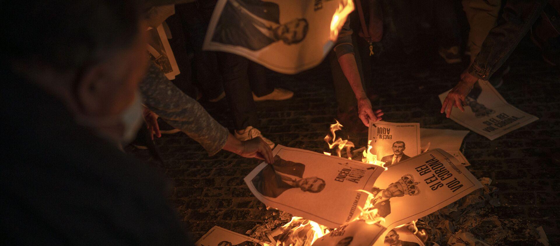 Manifestantes independentistas catalanes queman fotos del rey Felipe VI. Barcelona, 8 de octubre 2020 - Sputnik Mundo, 1920, 09.10.2020