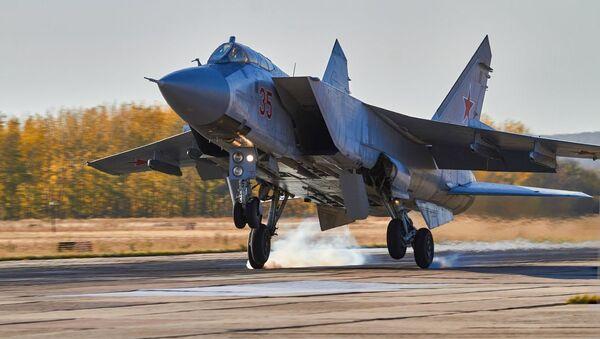 Los pilotos rusos llevan al límite las capacidades de los cazas MiG-31 y Su-35   - Sputnik Mundo