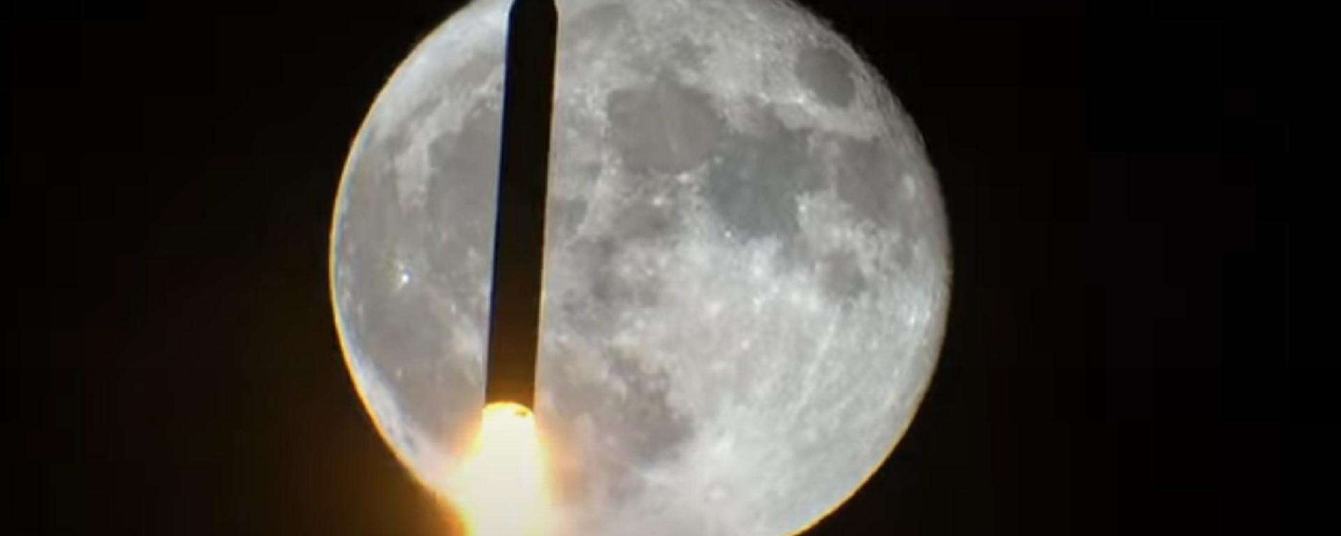 Un cohete pasa por delante de la luna - Sputnik Mundo, 1920, 19.02.2021